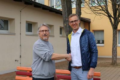 1. Bürgermeister Holger Bezold (r.) begrüßt Erwin Singer als neuen Hausmeister an der Grundschule in Dormitz.