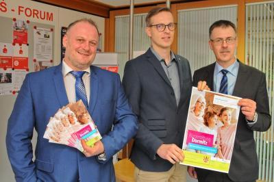 In den Räumen der Sparkasse Forchheim erhielt Bürgermeister Holger Bezold (Mitte) die neu aufgelegten Flyer und Plakate von dem Leiter der Geschäftsstelle Dormitz Markus Neugebauer (l.) und dem Stiftungsberater Oskar Heberlein.