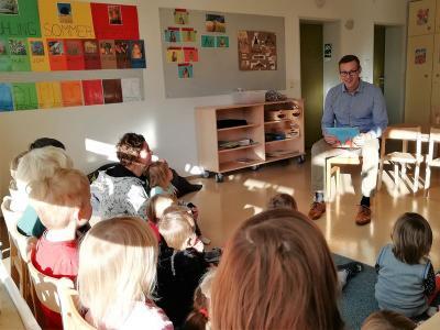 Die Kleinen aus der Bären-, Bienen und der Fischegruppe hörten ganz aufmerksam zu, als ihnen Bürgermeister Holger Bezold vorlas.