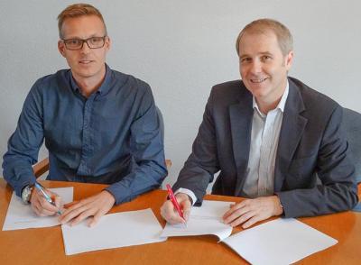 Holger Bezold und Klaus Neuendank bei der Vertragsunterzeichnung