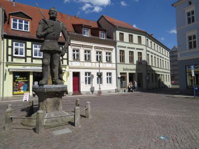 Stadt Perleberg | Treffpunkt Offene Stadtführung am Roland, direkt dorthiner befindet sich die Stadtinformation