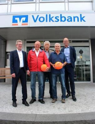 vlnr.: Niklas Jarosch (Volksbank), Rüdiger Bursian, Karl-Heinz Schreiber, Uwe Fischer (M60-M'hagen) und Jens Brinkmann (Volksbank)