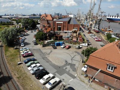 Das Gelände am Hafenmuseum mit Blick auf die Elbphilharmonie