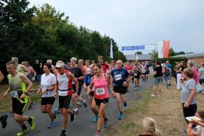 Start der Läuferinnen und Läufer beim Kettenkamper Volkslauf