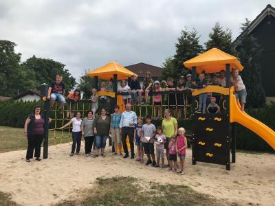 Das Foto zeigt die Kinder mit ihrem Betreuerteam und Bürgermeister Andreas Weiher zum Start der Ferienspielwoche. Die Einverständniserklärung der Eltern zur Veröffentlichung des Fotos liegt dem Orga-Team vor.