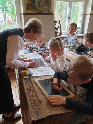 Foto zur Meldung: Schulstunde und Schlossbesuch in Reckahn
