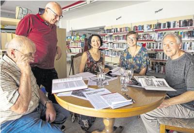 Auf Spurensuche in Oberneisen waren (von links) Friedhelm Ott, Peter Pelk, Lea Adler, Pauline Funk und Lester Allen Adler. Foto: Rolf Kahl