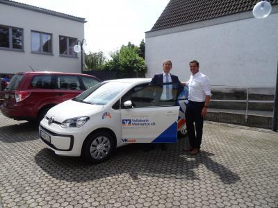 Freude auf beiden Seiten: Matthias Haas, Vorstandsmitglied der Volksbank Mainspitze eG, übergibt das neue Auto an Nauheims Bürgermeister Jan Fischer. © Gemeinde Nauheim