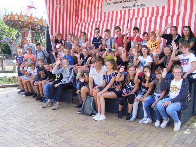 Etwa die Hälfte der Pritzwalker Kinder und Jugendlichen passte für ein Erinnerungsfoto in den riesigen Strandkorb im Hansa-Park.  Foto: Privat
