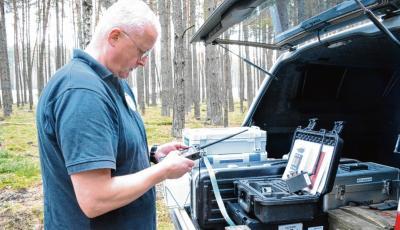 Test vor der Sprengung: Thomas Cogiel probiert, ob Sender und Empfänger des Zündgerätes funktionieren.Kathrin Neumann