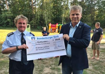 Wehrführerin Anja Leo bekam von BM Uwe Brückner einen 500 Euro Scheck überreicht