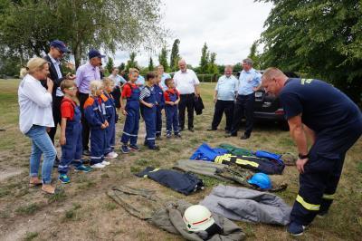 Station 1 - die Kinder ordnen Uniformen zu