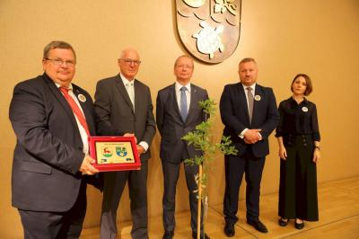 Sławomir Dudzis, Bürgermeister der Partnergemeinde Rzepin (2. v. r.), übergibt das Jubiläumsgeschenk