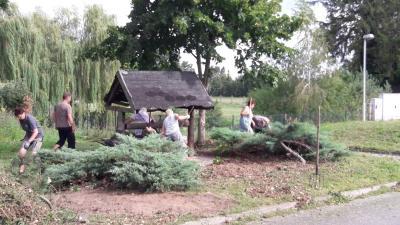 Foto zur Meldung: Arbeitseinsatz am Michelsdorfer Dorfbrunnen