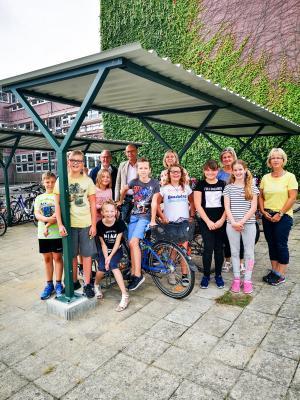 Die Schülerinnen und Schüler der Pritzwalker Jahnschule freuen sich über die neuen Fahrradständer. Foto: Beate Vogel
