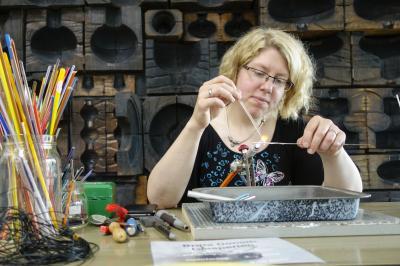 Vorschaubild zur Meldung: Wieder Perlensonntag im Glasmuseum!  Am Sonntag, dem 18. August 2019, findet in der Zeit von 13 – 17 Uhr im Glasmuseum Immenhausen wieder der beliebte Perlensonntag statt.