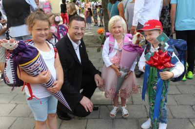 Auch der Bürgermeister, F. Kracht, gratulierte zum Schulanfang. (Foto: A. Pfaffe)