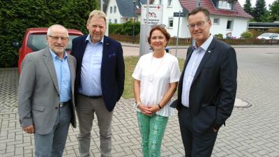 Samtgemeinde-Ratsvorsitzender Herbert Groenke, KWG-Geschäftsführer Wito Johann, Verbandsdirektorin Dr. Susanne Schmidt, GdW-Präsident Axel Gedaschko