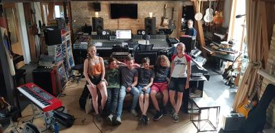 Foto: Die Starkstromkids der Kreismusikschule OSL haben ihren Preis von Jugend musiziert eingelöst und einen Tag lang im berliner Tonstudio des bekannten Musikproduzenten und Komponisten Rainer Oleak Songs aufgenommen. (Foto: Musikschule)