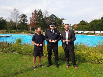 Tobias Bauer (stellv. Gemeindebrandmeister, Mitte) freut sich mit Schwimmmeister Robert Grams (links) und Samtgemeindebürgermeister Gero Janze (rechts) über die zukünftige gegenseitige Werbung.