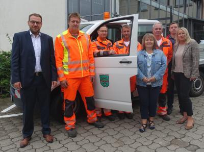 Michael Wertsch (2.vl.) mit seinen neuen Kollegen, Samtgemeindebürgermeister Gero Janze (l.), Produktverantwortlichem Andreas Minuta (2.vr.) sowie Agnes Deutsch und Sabine Pieper (vr.) vom Jobcenter Helmstedt.