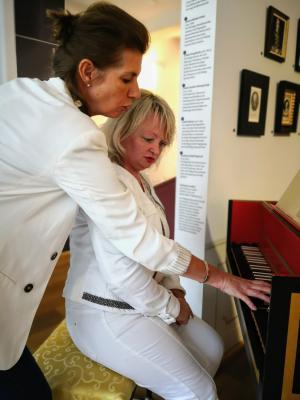 Kollegenaustausch am Instrument, Foto: Dongying Ackermann
