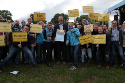 Foto zur Meldung: Mit vielen Wurfarmen zum Wettgewinn! Süderbrarup packt die Stadtwette auf der Sommertour von NDR 1 Welle Nord und Schleswig-Holstein Magazin