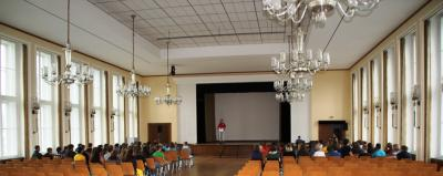 Foto zur Meldung: Schulleiterin begrüßt neue Schüler