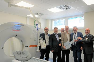 Von links: Oliver Hamm (Architekt), Dr. Reinhold Ostwald (Ärztlicher Direktor), Erwin Reuhl (Mitglied des Verwaltungsrats), Michael Hamm (Architekt), Guido Wernert (Geschäftsführer), Rolf-Peter Leonhardt (Verwaltungsratsvorsitzender)