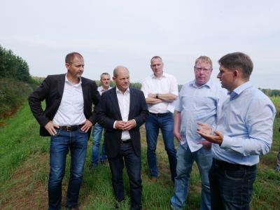 Olaf Scholz informiert sich zu Agroforst