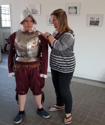 Vincent Hecht bekommt Hilfe beim Anziehen durch seine Mutti.