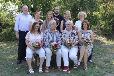Herr Manfred Mönkehues, Vorstandsmitglied des Caritasverbandes Tecklenburger Land e.V. mit Frau Bettina Panhorst (Schulleiterin) und den Jubilaren der Don Bosco Schule