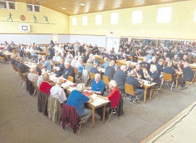 Rund 120 Alterskameraden der Feuerwehr haben sich in Oberneisen getroffen. Foto: P. Schmidt