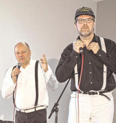 """Martin Schultheiß (links) und Fabian Vogt lieferten in Lohrheim zwei Stunden lang """"göttliche"""" Kabarett-Unterhaltung für das begeisterte Publikum ab. Foto: Kahl"""