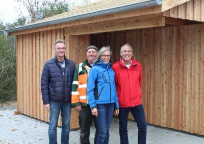 Sie freuen sich über das neue Wartehäuschen mit Fahrradunterstand: Almdorfs Bürgermeister Olaf Held (von links), Bauhof-Mitarbeiter Peter Petersen, Meike Jensen vom ausführenden Bauunternehmen sowie Struckums Bürgermeister Bendix Asmussen.