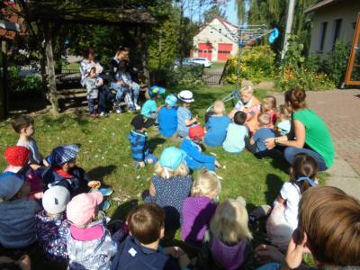 Die Kinder lauschen aufmerksam dem Gedicht