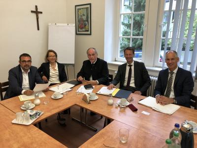 Im Gespräch: MdL Klaus Holetschek; Heike Gülker, Prälat Bernhard Piendl, Christian Kuhl, Dr. Rainer Beyer