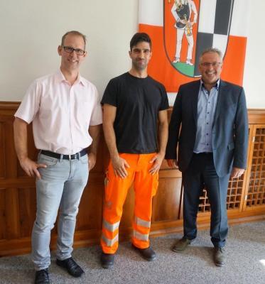 Bild von links: Baumamtsleiter Roland Weiß, Lukas Scherbaum und Erster Bürgermeister Stefan Busch