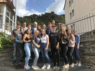 Gruppenfoto der neuen und alten SV mit Schulleiter Thomas Guckenbiehl und den Verbindungslehrern Marie Nottarp und Fabian Zorn