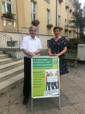 Bürgermeister Heiko Müller und Babett Ullrich von der städtischen Wirtschaftsförderung präsentieren das aktuelle Plakat für die 16. Falkenseer Praktikums- und Ausbildungsmesse.