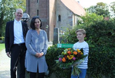 Foto zur Meldung: Blumen für die treue Organistin