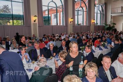 Bürgermeister Dr. Ronald Thiel gratulierte der Belegschaft und der Ge-schäftsführung des Zahnradwerks Pritzwalk zu dessen 50-jährigem Beste-hen. Foto: Andreas König/Stadt Pritzwalk