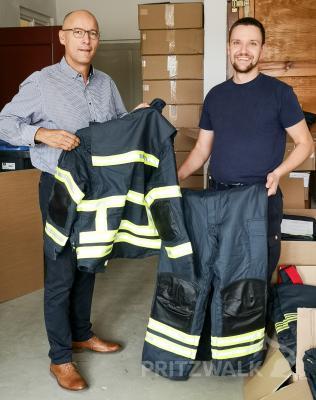 Bürgermeister Dr. Ronald Thiel lässt sich von Kevin Grübnau die neue Einsatzkleidung zeigen. Foto: Beate Vogel