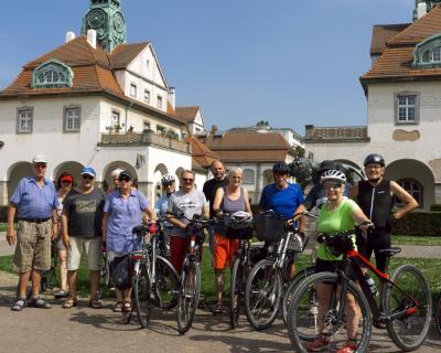 Das Bild zeigt die Maintaler Radler*innen, die am 28. August nach Bad Nauheim fuhren. Zu sehen ist die Kuranlage Sprudelhof in Bad Nauheim.