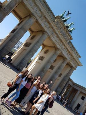 Gruppenfoto des Leistungskurses Sozialkunde der MSS 13 vor dem Brandenburger Tor