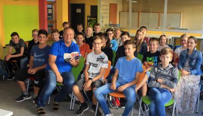 Autor Manfred Theisen im Dialog mit den Jugendlichen