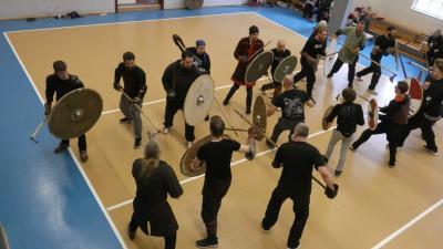 Foto zur Meldung: Historischer Schwertkampf im KiJuZ