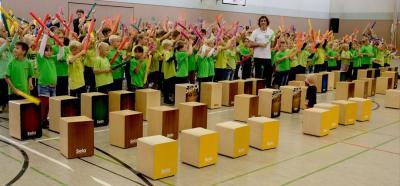 Zum großen Finale präsentierten die 169 Schülerinnen und Schüler rhythmische Melodien mit ihren Boomwhackers. Foto: Franz-Josef Dirkes