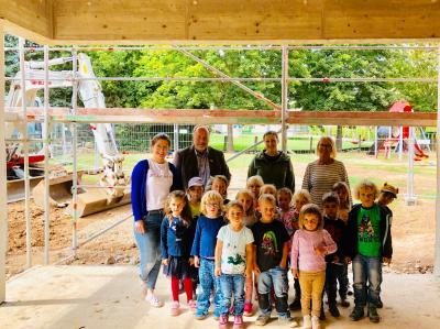 """Kita """"In den Haberwiesen"""" – Bürgermeister und Bauamtsleiter erklären den Kita-Kindern den Neubau"""