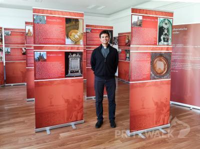 Pater Ismael Quequesana aus Peru begleitet die Ausstellung in der Pritzwalker Stadtbibliothek. Foto: Beate Vogel